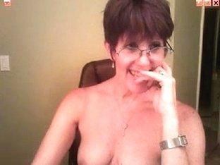 Mature bimbo posing on webcam
