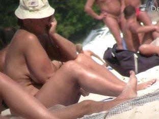 Hidden voyeur's camera captured a good pussy on beach
