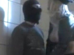 Geiler Polizistin im Lederoutfit ins Maul gespritzt