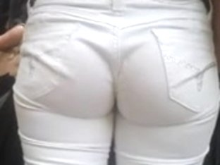 Calca branca enterrada na bunda (safada no ponto de onibus)