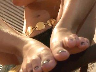 Solo foot fetish model Diana masturbating