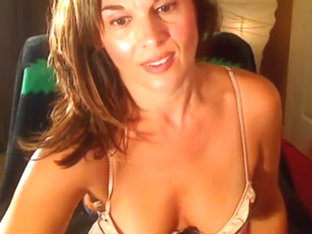 Horny cougar does a nasty cam show