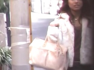 Public sharking video shows a sexy Japanese gal in a skirt