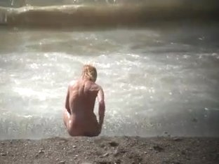 CHECK OUT THIS BLONDE WITH TIGHT BODY ENJOYS THE BEACH.