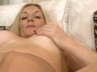 Housewife wanks in tights