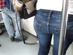 Nalguitas coquetas en el metro.