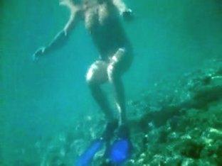 MILF full naked under the water