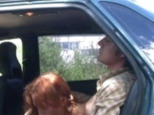 Hawt whore sucks in car