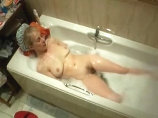 Hot Milfs Bathtime Masturbation !