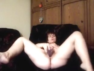 Older brunette hair rubs her constricted cookie to agonorgasmos.
