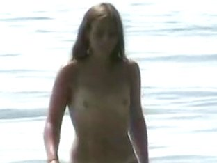 Hidden cam captured a good naked babe on the beach