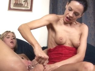 Aliz and Tracy Parker in HD Pissing Video Tracy and Aliz