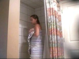 jovencita en la ducha
