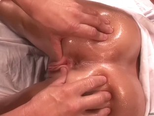 Kelly Divine Gets the Ultimate Massage