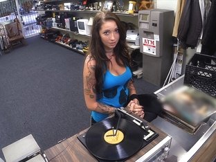 Brunette and sexy rocker wants to sell her vinyls and gets fucked