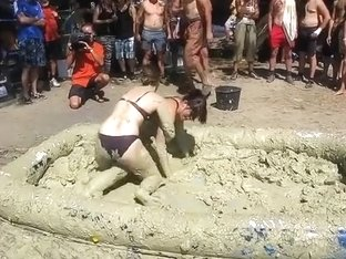 Two amateurs fighting in the mud