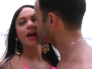 Tanned hottie Leticia gives Roge Ferro blowjob at the beach