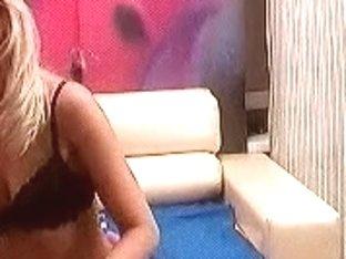 Amateur showgirl shoves her dildo