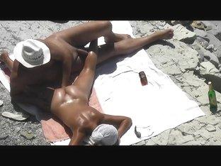 Guy Handjob his girlfriend pussy to orgasm on a public beach