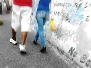 Nalgona Caminando En Jeans