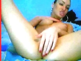 Webcam beauty fingers her asshole