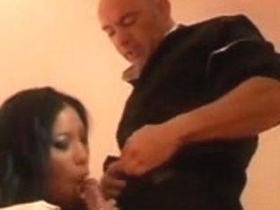 Asiatique et beurette baisent un blanc