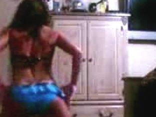Hot teen babe shakes ass on webcam