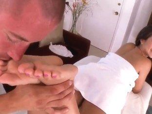 Jynx Maze makes an awesome footjob after massage