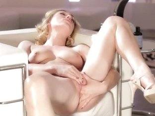 Jessica Drake likes to finger her pale box