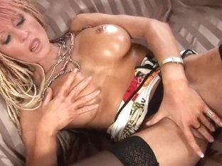 Lustful soccer mamma bonks her vagina and booty with dildos