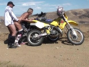 Amateur porn featuring a couple fucking outdoors on a bike