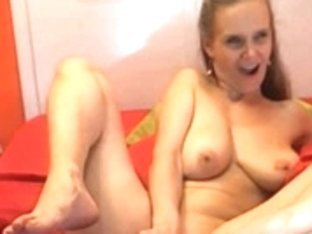 tall sexy mature shows her pussy and feet in cam