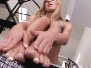 Slender blonde Amy Brooke plays with feet