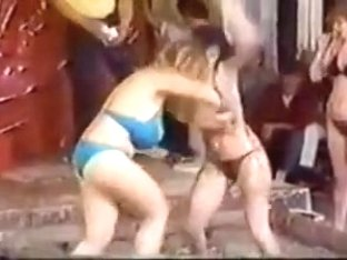 Порно мобильное лесбиянки жесткий бой, гибкая женщина лижет свой клитор