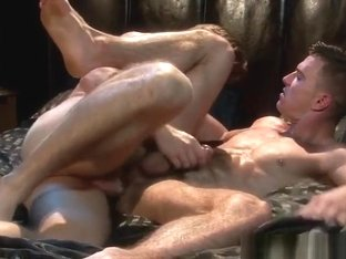 Muscled hunks flipfuck in bedroom