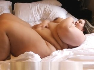 SSBBW playing on bed