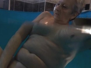 Mature slut Jitka masturbates in the pool