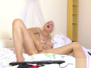 Charly Sparks Webcam - Blonde MILF Rubs her Pussy
